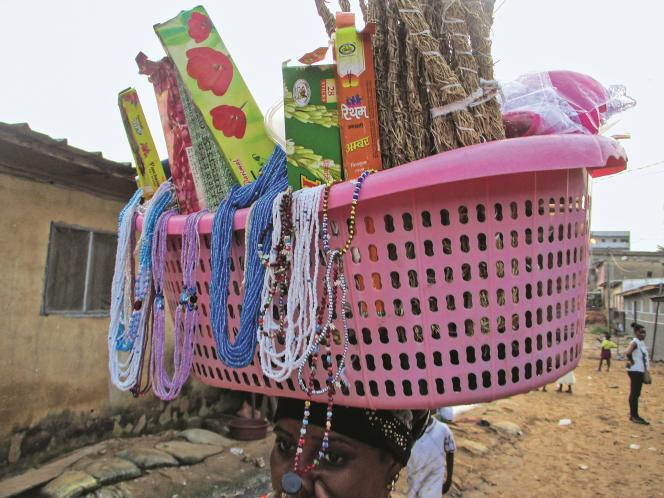 Vendeuse de rue à Adiopodoumé, en banlieue d'Abidjan, en décembre 2018.