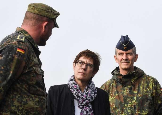 La ministre de la défense, Annegret Kramp-Karrenbauer, rend visite aux soldats de Erfurt, le 23 octobre.
