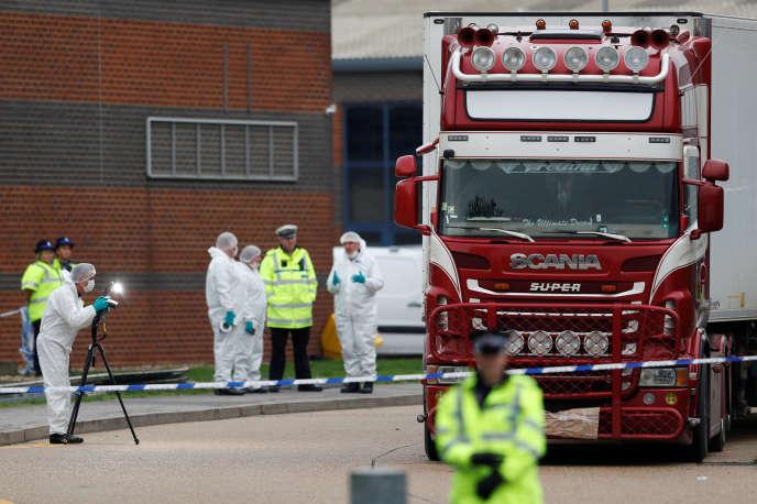 Le camion dans lequel ont été découverts 39 corps, mercredi 23 octobre, à Grays, au Royaume-Uni.
