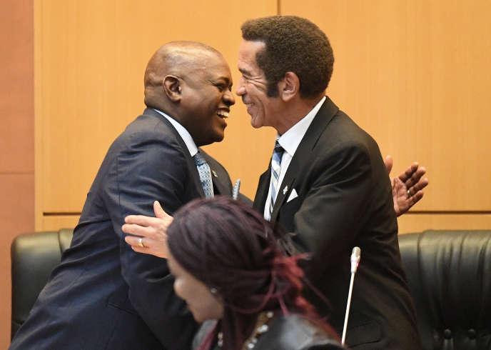 Le président botswanais, Mokgweetsi Masisi, félicité par son prédécesseur, Ian Khama, après avoir prêté serment devant l'Assemblée à Gaborone, le 1eravril 2018.
