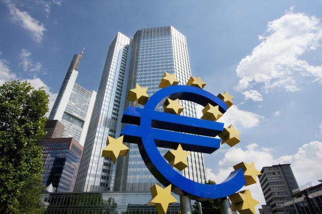 «En2020, en accordant à tous les ménages de la zone euro un prêt perpétuel de 2000euros en moyenne, la BCE injecterait 300milliards d'euros dans l'économie» (Siège de la Banque centrale européenne à Francfort).