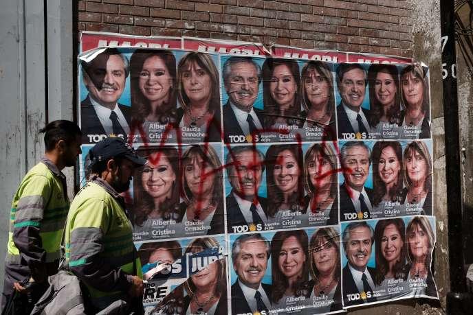 Le 23 octobre à Buenos Aires, en Argentine, le mot «mafia» est peint à la bombe sur les affiches de campagne du candidat à la présidentielle Alberto Fernández et de sa vice-candidate, Cristina Fernández de Kirchner.