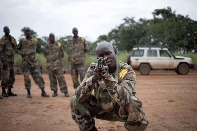 Des soldats des Forces armées centrafricaines s'entraînent au maniement du fusil d'assaut AK-47 au Camp Leclerc, à 600 kilomètres au nord-ouest de Bangui, le 5 août 2019.