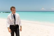 Emmanuel Macron marche le long de la plage de la Grande Glorieuse, mercredi 23 octobre.