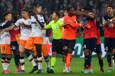 L'arbitre tente de calmer les joueurs de Lille etValence au stade Pierre-Mauroy à Villeneuve-d'Ascq.