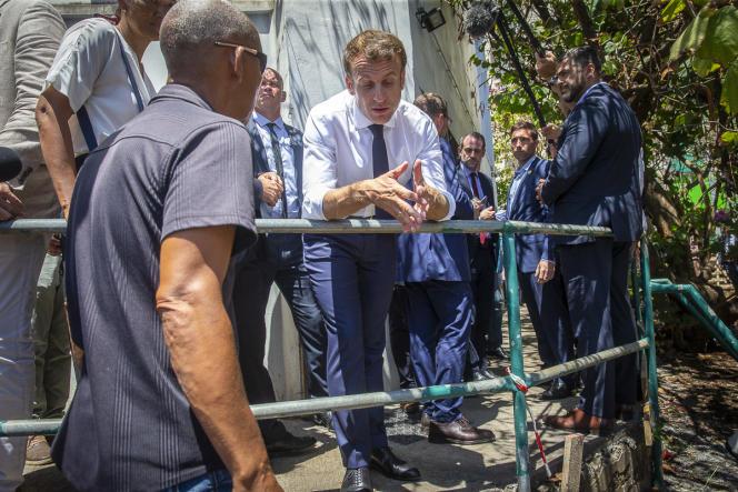Emmanuel Macron fait une visite surprise aux Camélias, un quartier populaire de Saint-Denis, le 24 octobre.