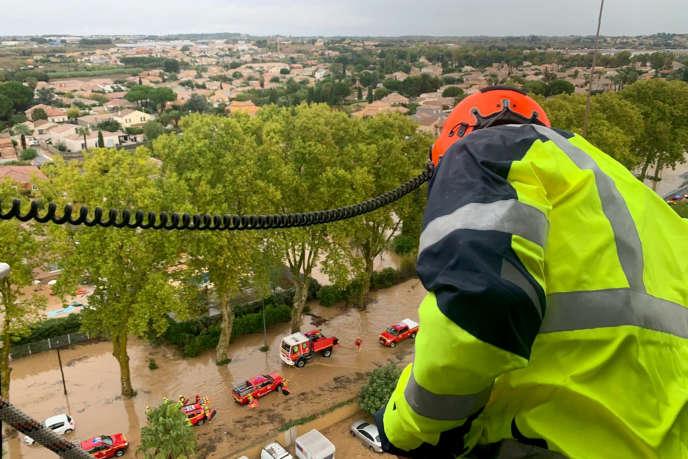 Un hélicoptère de secours survole Villeneuve-lès-Béziers le 23 octobre.