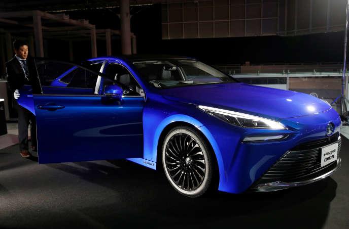 La nouvelle Toyota Mirai, un modèle électrique fonctionnant avec une pile à combustible alimentée à l'hydrogène, au Salon de Tokyo.