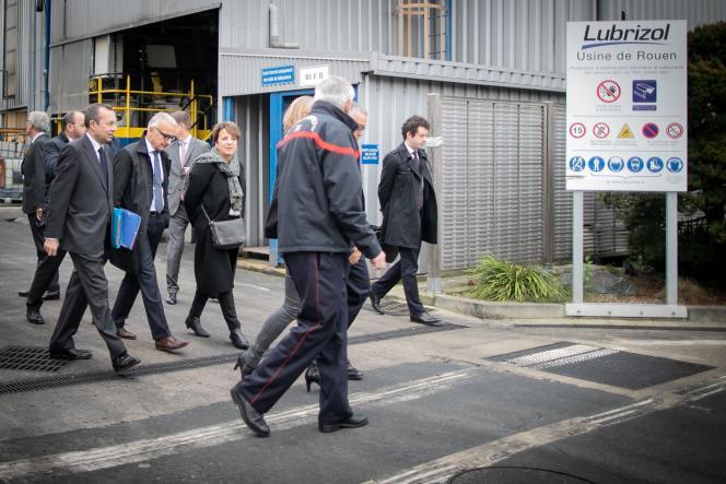 Le préfet de Normandie, Pierre-André Durand, et le sénateur centriste de l'Eure, Hervé Maurey, en visite à l'usine Lubrizol à Rouen, le 24 octobre.