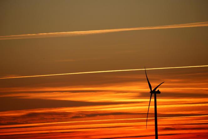 Des éoliennes, au coucher du soleil, dans un parc éolien à Nurlu, près de Cambrai, en France, le 5 février 2019.