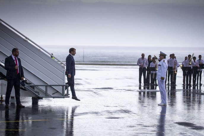 Emmanuel Macron lors de son arrivée à l'île de La Réunion, pendant sa tournée présidentielle dans l'océan Indien, le 23 octobre.
