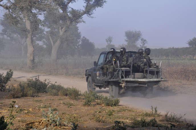 Des membres duBataillon d'intervention rapide (BIR) patrouillent près de Mosogo, dans le nord du Cameroun, le 21mars 2019.