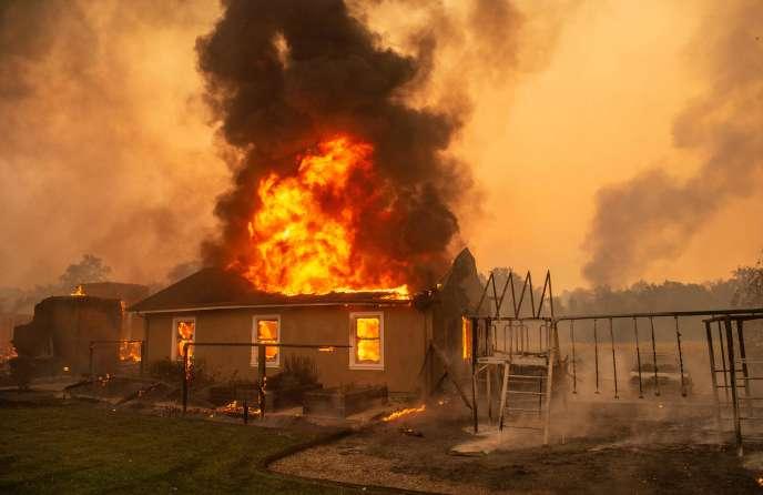 Quelque 2 000 personnes ont reçu un ordre d'évacuation dans la petite ville de Geyserville, où les incendies sévissent, le 24 octobre.
