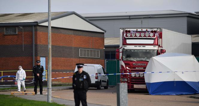 La police bulgare inspecte le camion dans lequel les corps ont été retrouvés, dans le parc industriel de Waterglade près deLondres, le 23 octobre.
