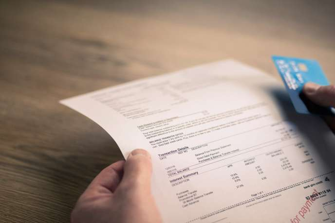 Selon une enquête publiée en octobre2017, un client en difficulté sur cinq se voyait prélever chaque année par sa banque plus de 500euros de frais pour incidents de paiements.