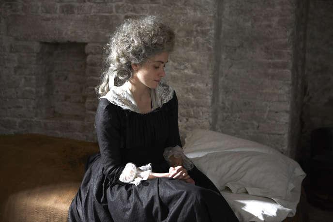 La reine Marie-Antoinette (interprétée pare Maud Wyler) dans sa cellule de la Conciergerie.