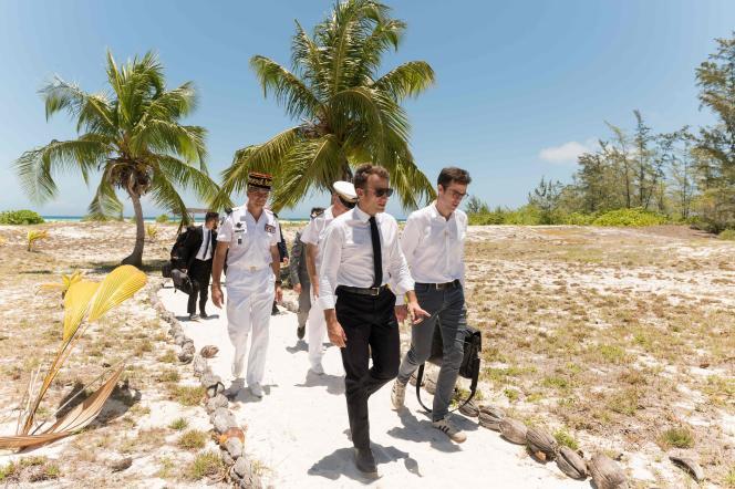 Emmanuel Macron lors de sa visite de la Grande Glorieuse, dans l'archipel des îles Eparses, le 23 octobre.
