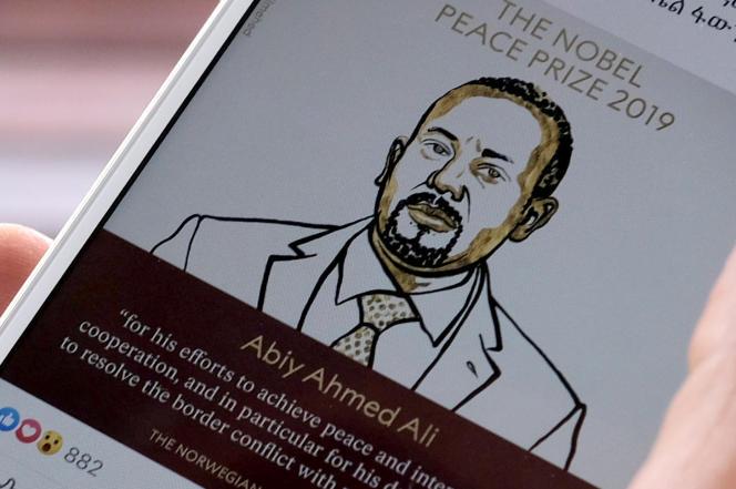 Un portrait du premier ministre éthiopien, Abiy Ahmed, s'affiche sur l'écran d'un usager à Addis-Abeba, le 11octobre.
