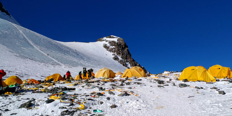 This picture taken on May 21, 2018 shows discarded climbing equipment and rubbish scattered around Camp 4 of Mount Everest. - Decades of commercial mountaineering have turned Mount Everest into the world's highest rubbish dump as an increasing number of big-spending climbers pay little attention to the ugly footprint they leave behind. (Photo by Doma SHERPA / AFP) / TO GO WITH Nepal-Everest-mountaineering-environment-pollution,FEATURE by Paavan Mathema and Annabel Symington
