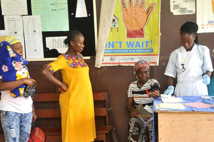 Des femmes attendent d'être examinées à la maternité de l'hôpital Phebe de Bong Town, dans le centre du Liberia, en mai 2019.