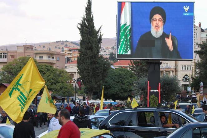 Des militants écoutent le discours du chef du Hezbollah, Hassan Nasrallah, dans les rues de Baalbeck au Liban, vendredi 25 octobre.
