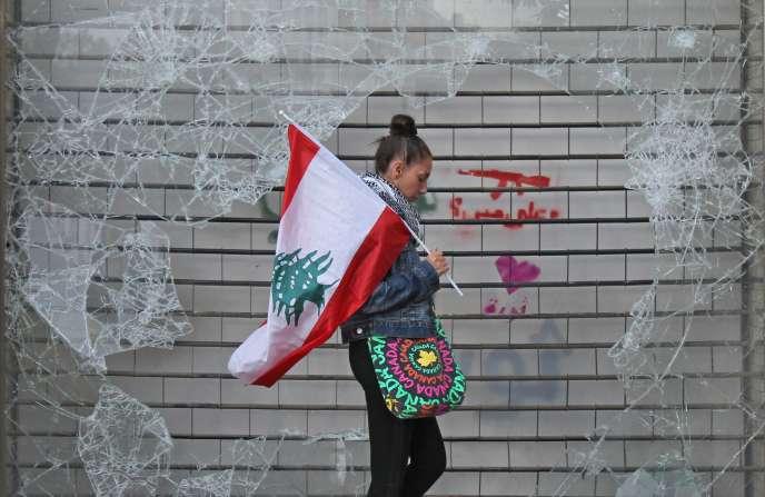 Une manifestante anti-gouvernement à Beyrouth le 24 octobre.