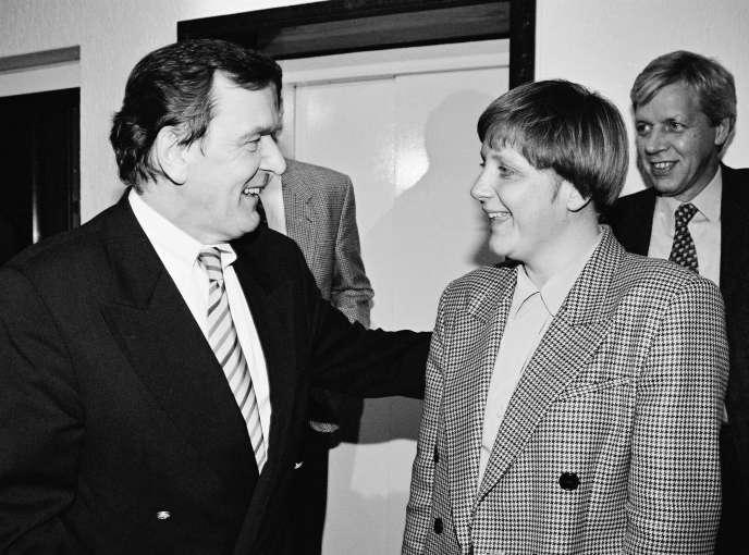 Le chancelier Gerhard Schröder rencontre Angela Merkel, ministre fédérale de l'environnement, de la protection de la nature et de la sécurité nucléaire, à Bonn, en janvier 1995.