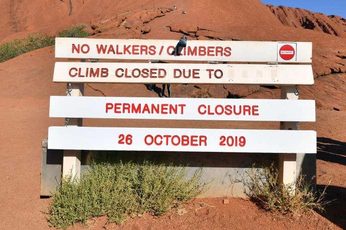 La barrière proclame la fermeture définitive de l'accès à l'Uluru, également connu sous le nom d'Ayers Rock, dans le parc national Uluru-Kata Tjuta, dans le Territoire du Nord en Australie, dans la soirée du 25 octobre.