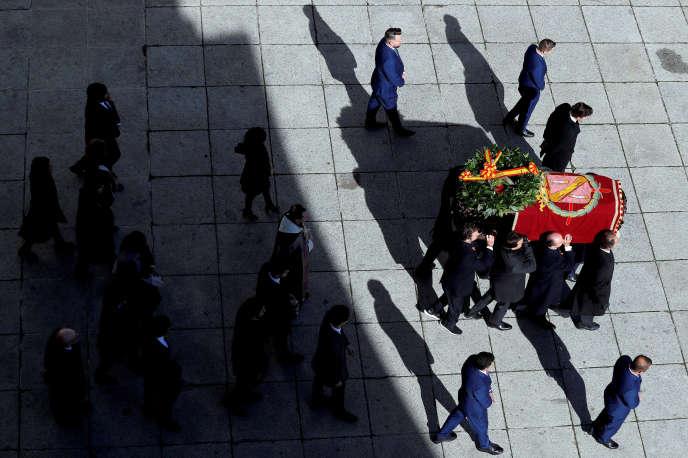 Le cercueil de Franco escorté hors de la basilique du Valle de los Caidos par huit petits-fils et arrière-petits-fils du dictateur, le 24 octobre.