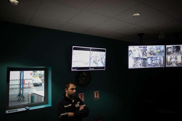 Dans la salle de vidéosurveillance à l'usine Lubrizol à Rouen, le 24 octobre.