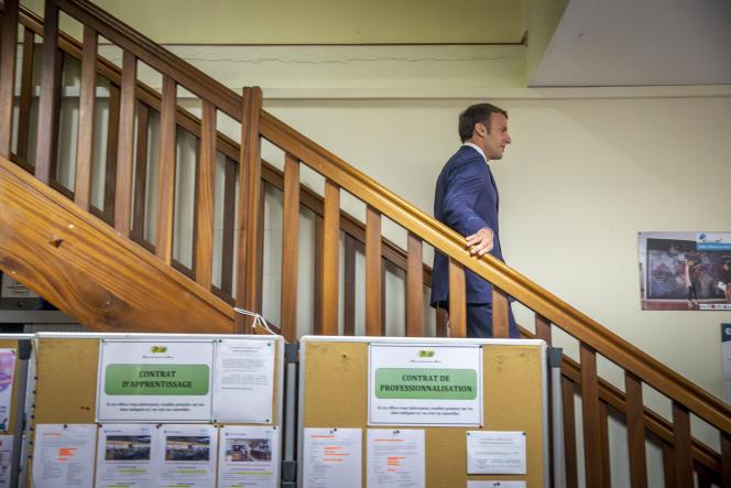 Emmanuel Macron visite la mission locale de Saint-Paul pendant son déplacement à La Réunion, jeudi 24 octobre.