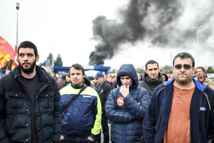 Des ouvriers et des délégués syndicaux manifestent devant l'usine Michelin deLa Roche-sur-Yon (Vendée), le 24 octobre.