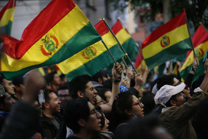 Des manifestants hostiles au gouvernement réclament la tenue d'un second tour de l'élection présidentielle, à La Paz, le 22 octobre.