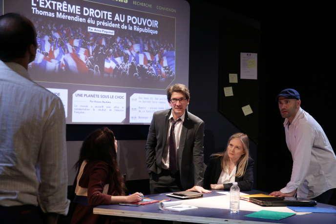 De face et de gauche à droite : Frédéric Andrau, Sophie Vonlanthen et Morgan Perez dans la pièce« Les Témoins» deYann Reuzeau, le 5 juin à La Manufacture des Abesses.
