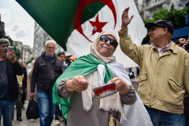 Une manifestante algérienne tape sur une casserole, vendredi 26 octobre, à Alger, pour le 36e vendredi consécutif de manifestation.