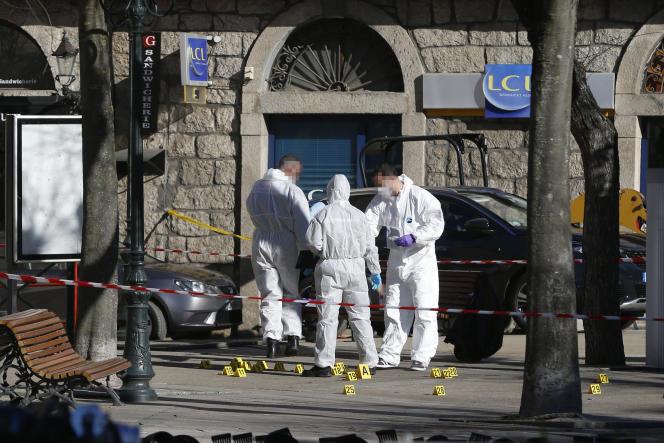 La police scientifique à Sartene, en Corse le 15 juin 2019, après le meutre d'un homme en lien avec la mafia corse.