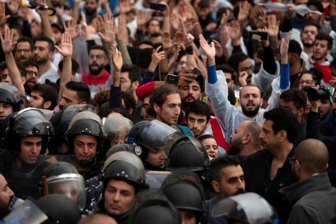 La police antiémeute sépare deux groupes de manifestants après que des heurts ont éclaté, à Beyrouth, le 24 octobre.