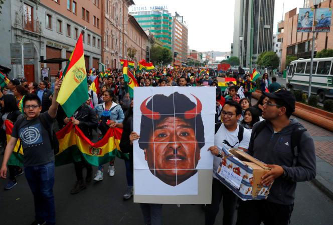 Des manifestants, qui ont grimé une photographie du président élu, rassemblés à La Paz.