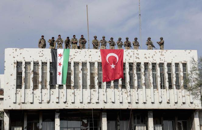 Des soldats turcs (à droite) et d'autres combattants d'opposition soutenus par la Turquie, le 23 octobre, à Ras Al-Aïn, au nordest de la Syrie.
