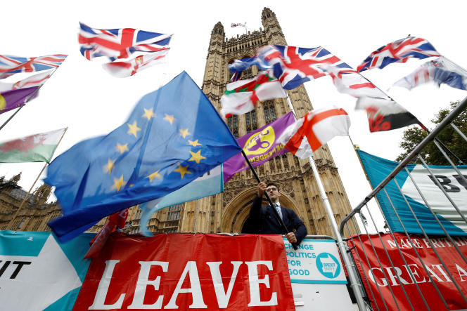 Un manifestant anti-Brexit devant le Parlement de Londres, le 25 octobre.