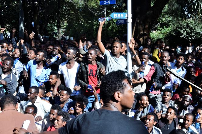 Les partisans de Jawar Mohammed, un leader oromo très populaire réunis autour de son domicile à Addis-Abeba, le 24 octobre.
