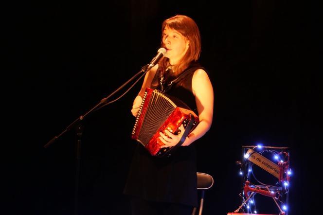 La conteuse québécoise Arleen Thibault lors de son spectacle«Le Vœu» à Montréal, le 24 octobre 2019.