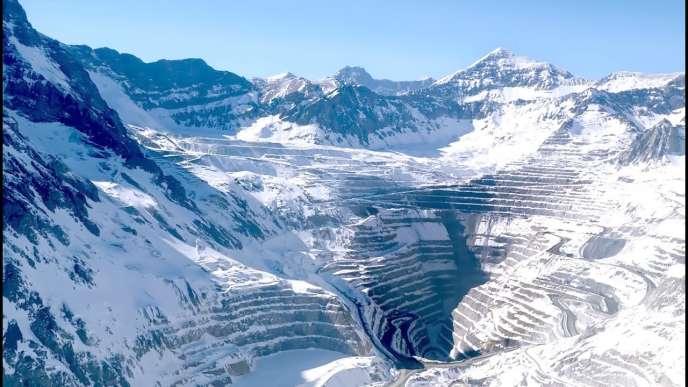 La chaîne des Andes, massive, impénétrable et mystérieuse, structure le film de Patricio Guzman.