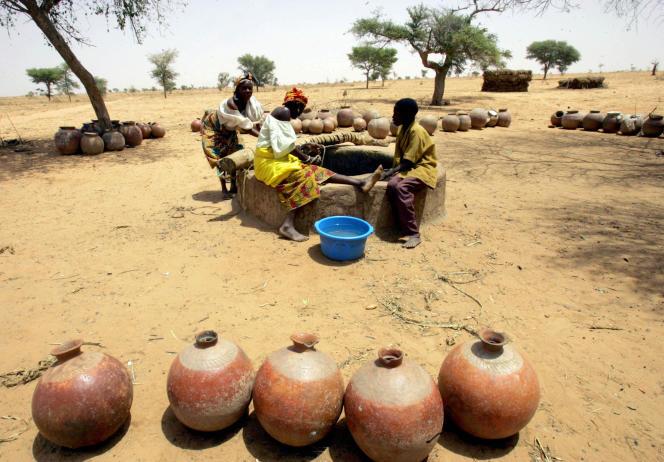 Des femmes puisent de l'eau dans le village d'El Kolta, au Niger, en mars 2006.