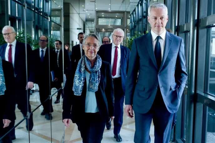 La ministre de la transition écologique, Elisabeth Borne, et son collègue à l'économie, Bruno Le Maire (à droite), suivis par le PDG d'EDF, Jean-Bernard Lévy, à Bercy, 28 octobre grubs, pour la remise du rapport de Jean-Martin Folz.