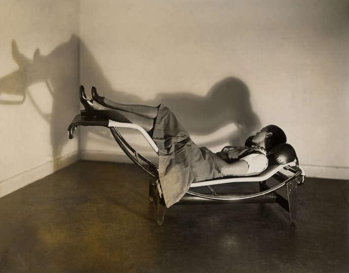 Charlotte Perriand sur la « Chaise longue basculante, B306 », (1928-1929 – Le Corbusier, P. Jeanneret, C. Perriand), vers 1928.