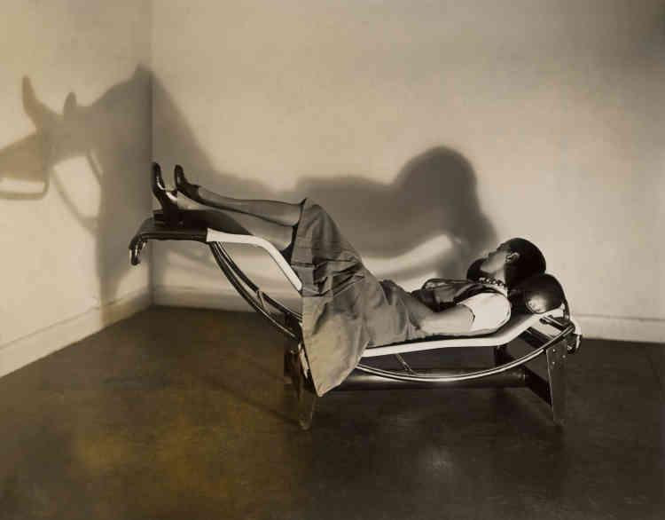 Cette photo, emblématique dans l'histoire du design, montre Charlotte Perriand sur la fameuse Chaise longue basculante qu'elle a conçue. Il s'agit d'une image doublement révolutionnaire. D'une part, par la présentation du siège : fonctionnaliste, avec l'utilisation de tubes chromés en rupture avec les critères esthétiques de l'époque. D'autre part, car le cliché présente une femme – Charlotte Perriand – qui se repose, dans une position qui ne correspond à la bienséance de l'époque. Lors du dépôt du brevet, Le Corbusier exige que les noms soient présentés par ordre alphabétique : celui de Perriand se retrouve alors en troisième position, derrière celui du Corbusier et de Pierre Jeanneret. C'est pourquoi de nombreuses personnes attribuent aujourd'hui le dessin de la chaise au Corbusier.