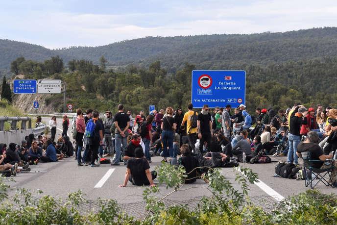 Rassemblement àla Jonquera, à la frontière entre la France et l'Espagne, le 18 octobre.