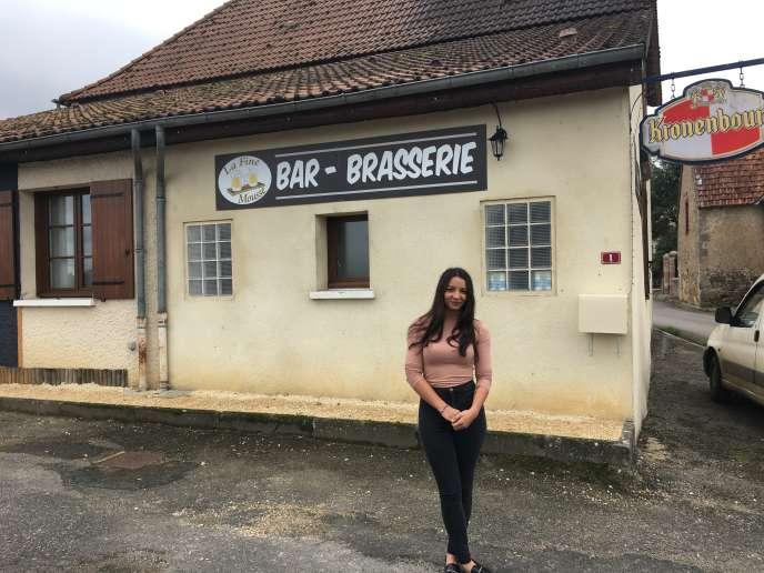 Laureen Foulon, 19 ans, devant La Fine Mousse, à Verneuil-Moustiers (Haute-Vienne).