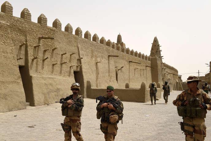 Des soldats français patrouillent devant la mosquée Djingareyber, à Tombouctou, au Mali, le 6juin 2015.